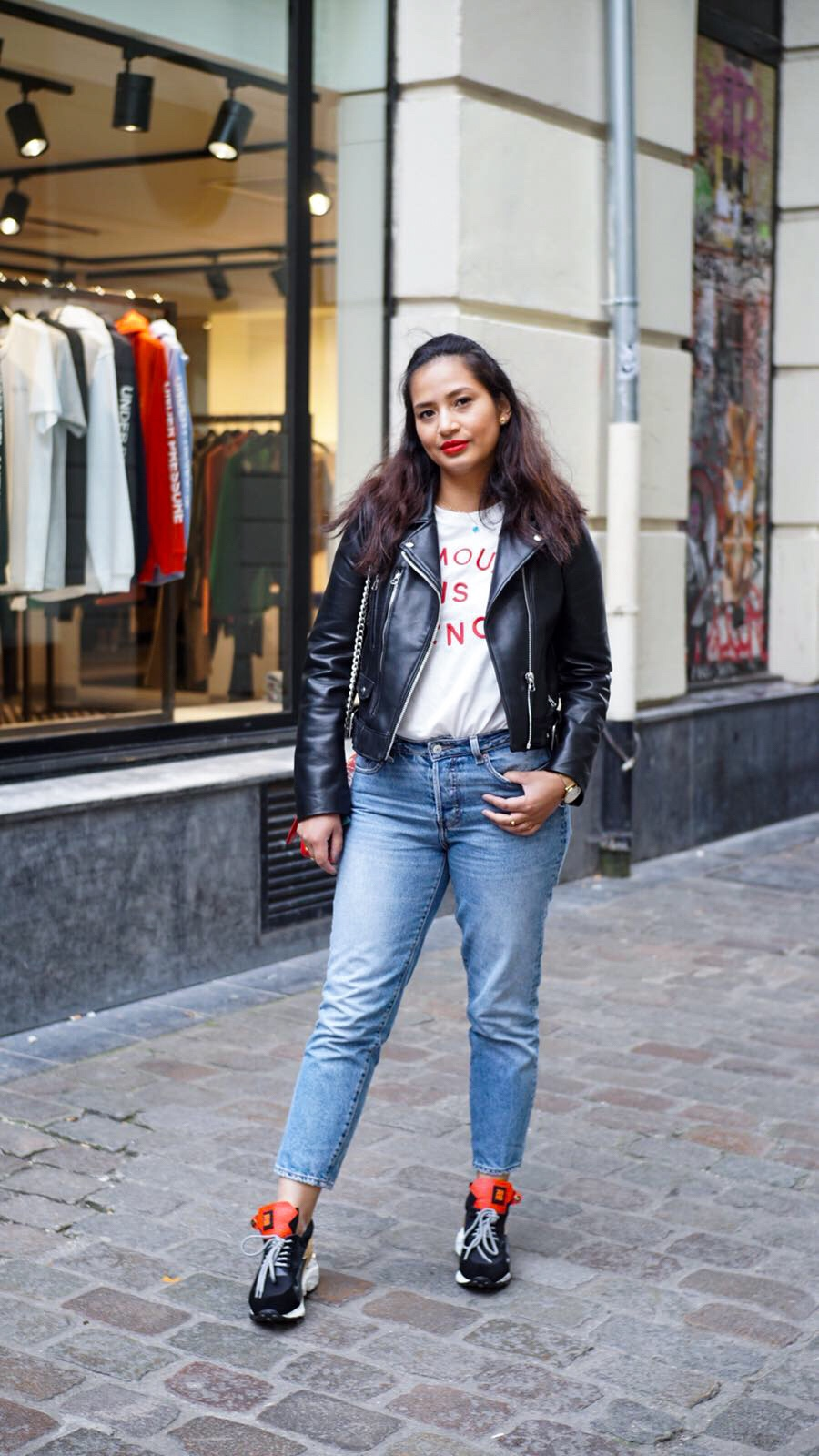 Veste biker - Zara | T-shirt - Un peu beaucoup | Jean - H&M | Sneakers - Chiko shoes